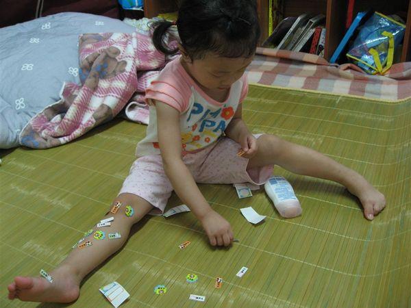 有一天我心血來潮拿著媽咪的名字貼紙貼滿我的小腿