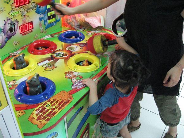 主兒和媽咪一起玩打地鼠