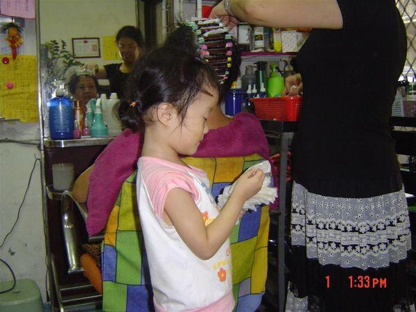 阿媽在幫客人燙頭髮,我在幫忙拿東西