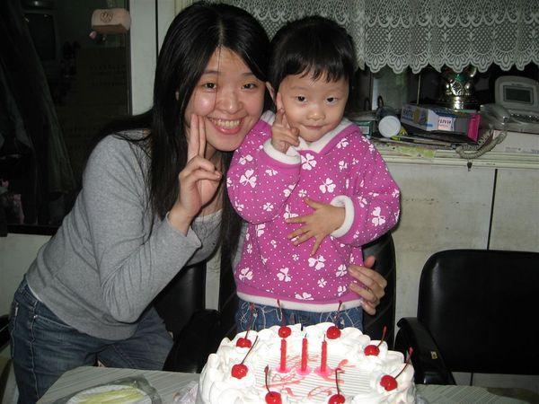 今天是我生日喔~~ 和小阿姨合照一張