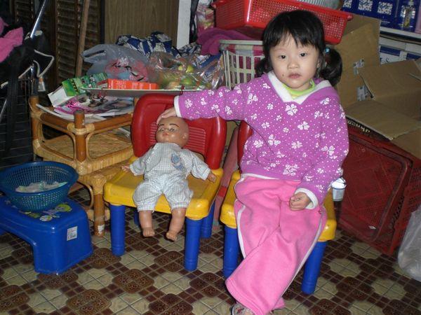 這是我的小娃娃,我會照顧它,來~在我旁邊坐好吧~