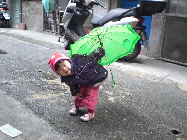 大家看~這是我的小青蛙雨傘,很可愛喔~