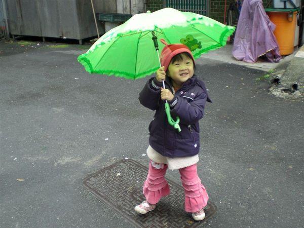 這樣我就淋不到雨了~~
