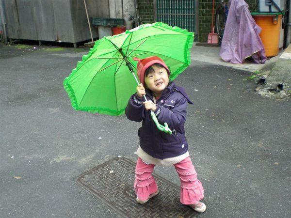 但其實我還滿喜歡淋雨的~ 哈哈~~