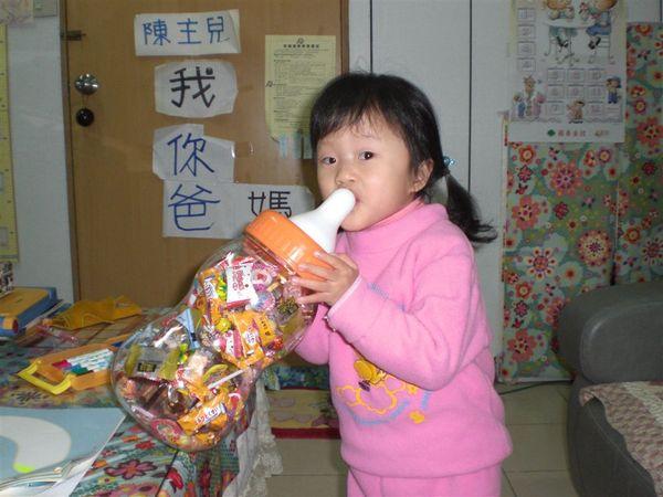 這是今年過年的大奶瓶糖果瓶,都是我愛的糖果