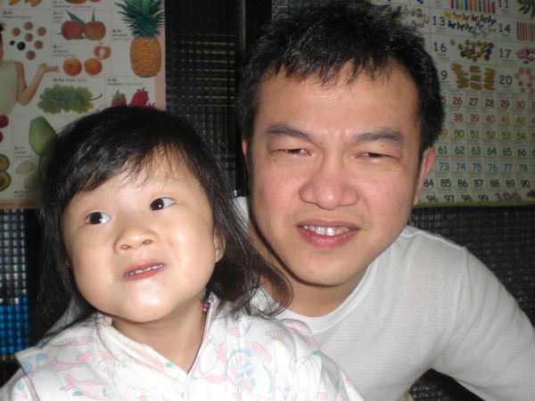 我和爸比在做怪表情~我要學爸比的表情