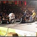 (9)小舞台上的表演持續著