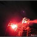 (17)有演員從舞台旁的高架上發射