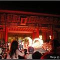 (23)戲劇院前的表演場上耍火玩兒
