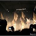 (26)一群白衣人持著白旗揮舞