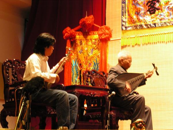 17 南聲社張鴻明老先生幫忙彈琵琶
