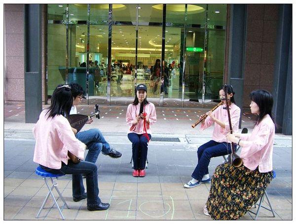 20061007 香堤大道出團賣藝 (2).jpg