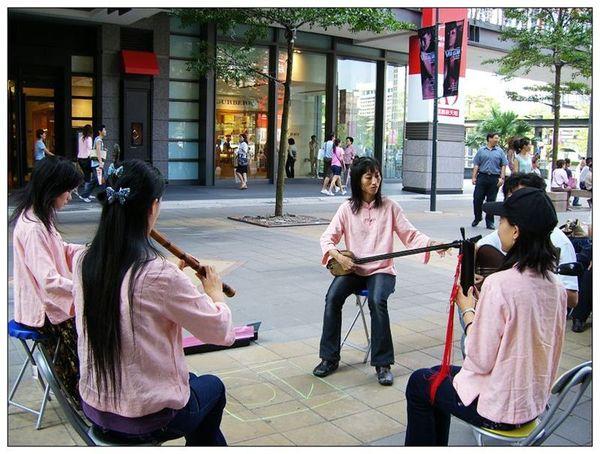 20061007 香堤大道出團賣藝 (4).jpg