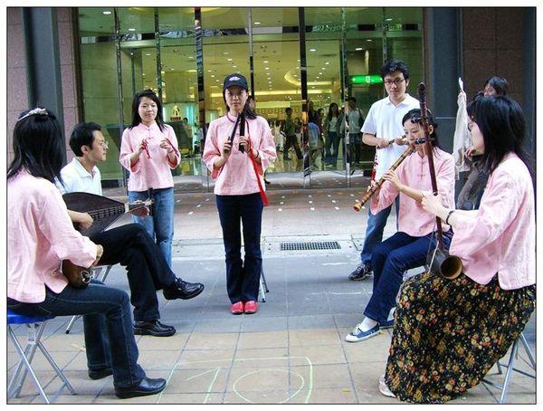 20061007 香堤大道出團賣藝 (6).jpg