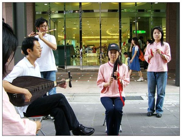 20061007 香堤大道出團賣藝 (10).jpg