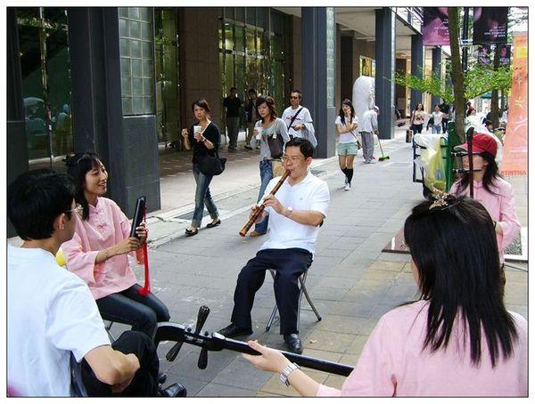 20061007 香堤大道出團賣藝 (16).jpg