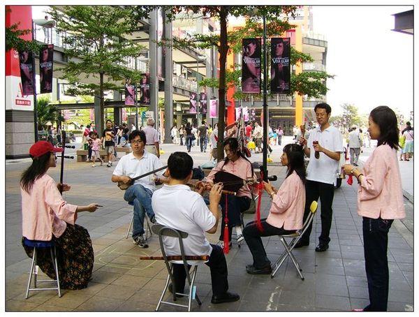 20061007 香堤大道出團賣藝 (20).jpg