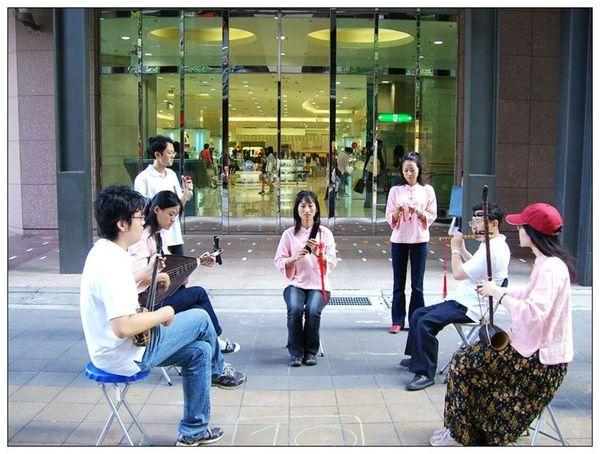 20061007 香堤大道出團賣藝 (23).jpg