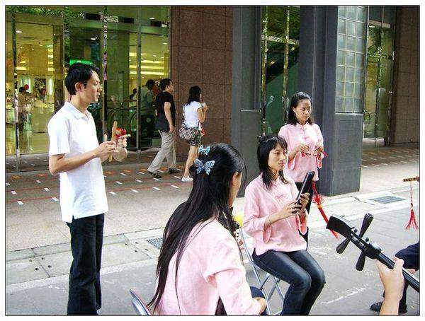 20061007 香堤大道出團賣藝 (25).jpg