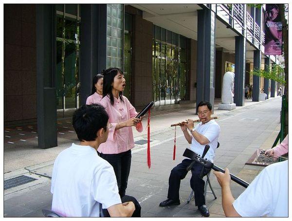 20061007 香堤大道出團賣藝 (26).jpg