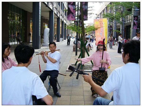 20061007 香堤大道出團賣藝 (27).jpg