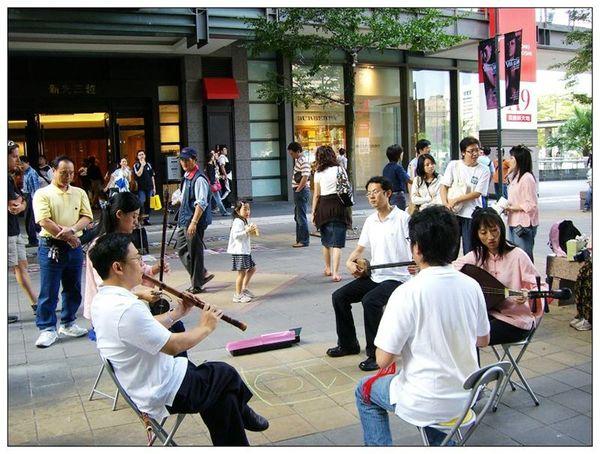 20061007 香堤大道出團賣藝 (31).jpg
