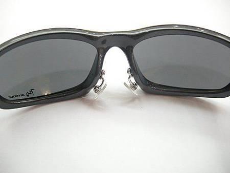 這是一支720的運動型太陽眼鏡,更改金屬式的鼻墊!!!