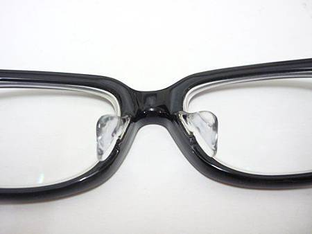 這是一支小竹長兵衛的鏡框,但鼻墊的高度還是不夠,幫客人改了特製的加高鼻墊!!!