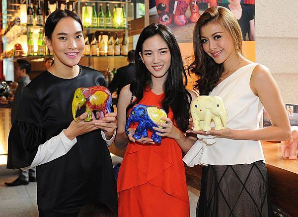 Top_Thai_Celebrities_Took_Data_and_Kae_with_their_own_Elephant_Parade_creations.JPG