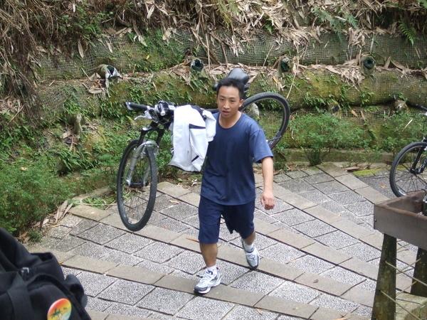 扛著腳踏車爬上570公尺的階梯