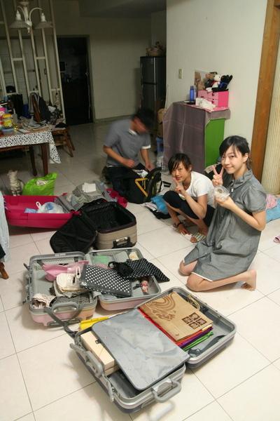 忙著確認最後行李.JPG