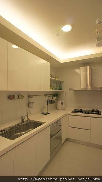 簡約多功能廚房烹飪空間.jpg