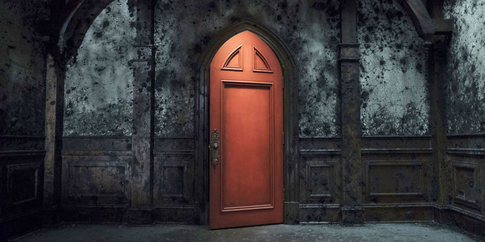landscape-1539620678-new-1539589685-haunting-hill-house-red-door-netflix.jpg