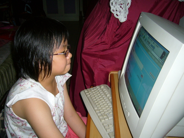 臭美珊~顧著玩電腦都不跟我玩