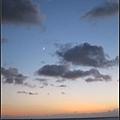 晚上八點,月亮都出來了~只好轉身離開了...