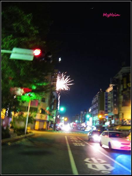嘉義市的夜空~好熱鬧!!! ((都已經十二點多哩))