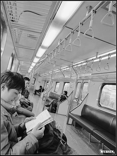 火車裡空蕩蕩的,大家都認真地期待下一站。