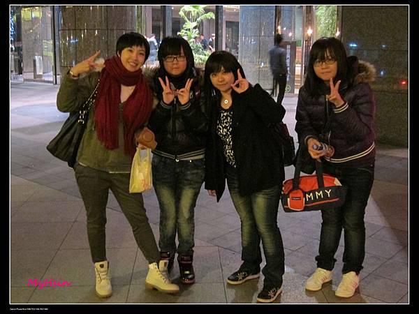 吃完了寧夏夜市,已經過了午夜,京站前拍個照!!