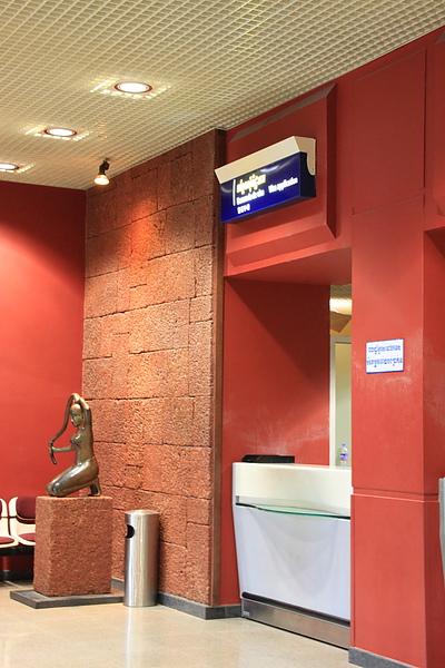 繳交護照及落地簽申請書的櫃台