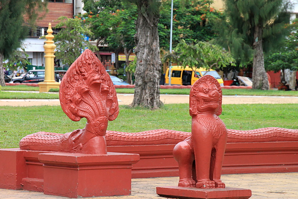國家圖書館National Museum外廣場蛇形護欄與守護獅雕像