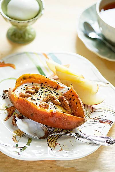 Sweet potato with yogurt and nuts