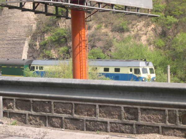 旁邊還有火車經過