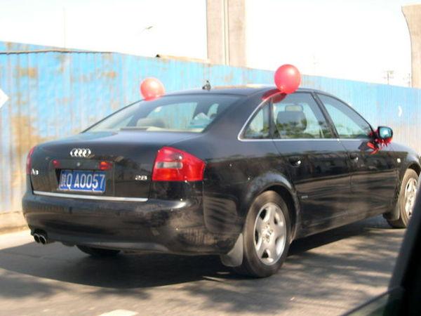 只有一台禮車..綁著氣球