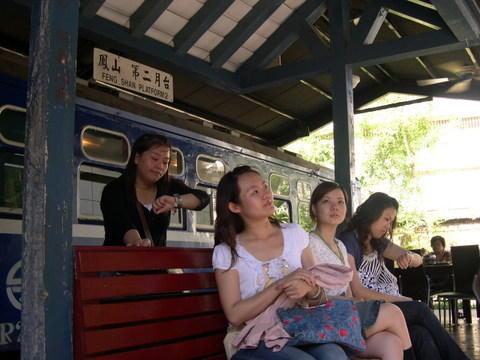 ㄟ....火車怎嚜還沒來ㄚ(--__ --不是在後面嗎?)