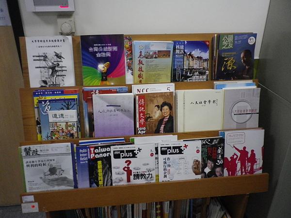 990611-世新新聞系書報架.JPG