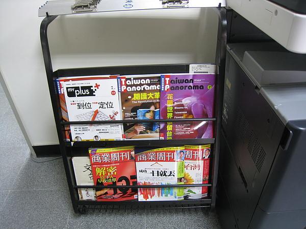 990721嘉藥應外系辦公室雜誌擺放近照.JPG