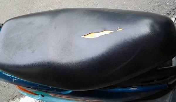 摩托車椅墊破皮.JPG