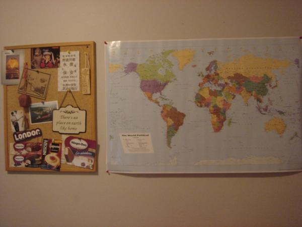 牆壁上的板子和地圖