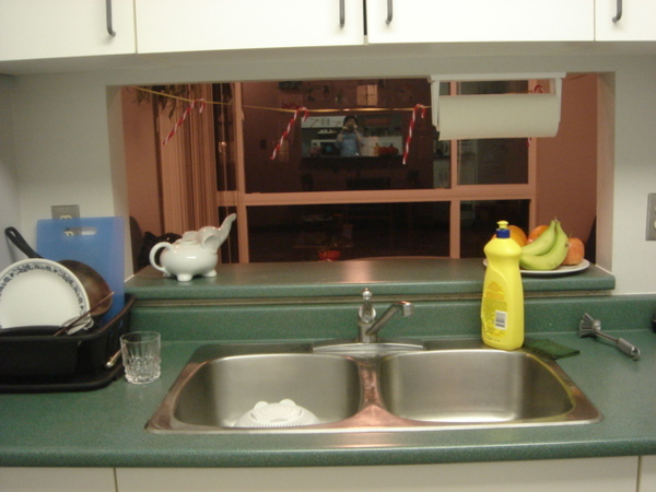洗碗槽和客廳的落地窗