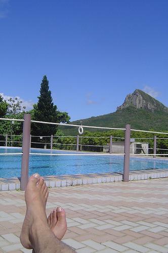 墾丁賓館泳池旁的我的腳